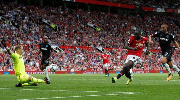 Romelu Lukaku mencetak gol pembuka keunggulan Manchester United atas West Ham.