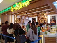 Para pengunjung yang sedang antre minuman mangga Thailand.