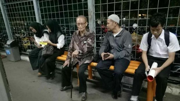 Buya Syafii saat menunggu KRL tujuan Bogor