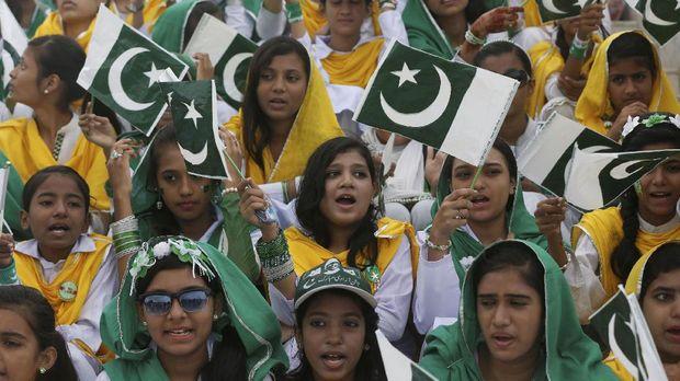 Warga Pakistan merayakan 70 tahun kemerdekaan negara mereka dari tangan India Britania.