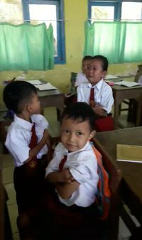 Viral, Video Guru Jadi Korban 'Tendangan Maut' Siswi Takut Disuntik
