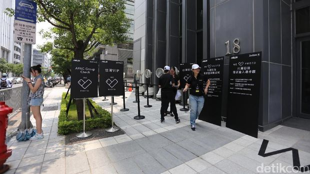 Photo Gong Yoo Terpampang Besar di Peluncuran Zenfone 4 di Taiwan