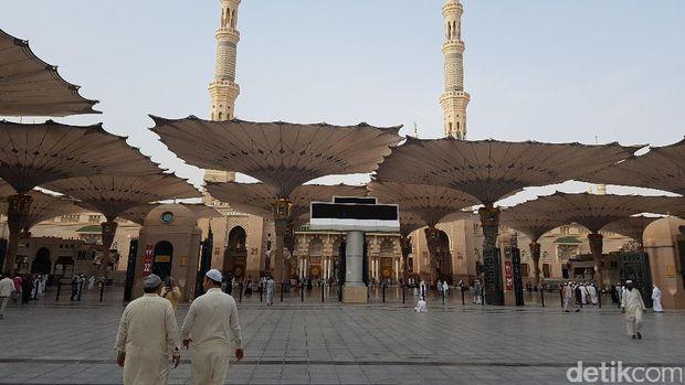 Payung elektrik di halaman Masjid Nabawi terbuka ketika hari terang.