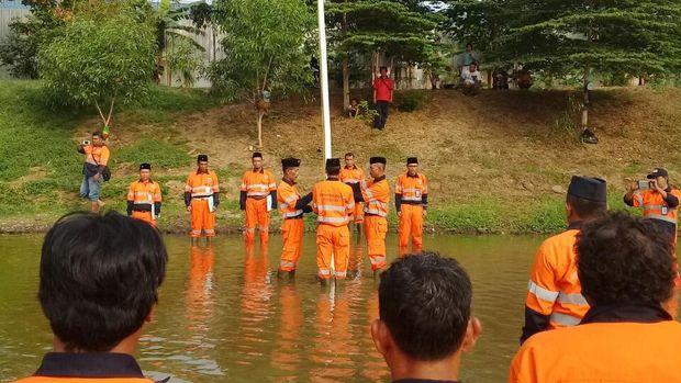Pasukan oranye Kecamatan Cakung gelar upacara di tengah waduk