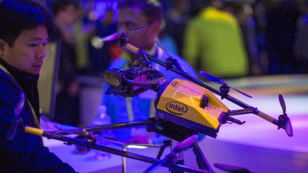 Drone Intel Falcon8+ yang dipamerkan di Las Vegas. Teknologinya sama dengan yang digunakan untuk membuat tarian drone.