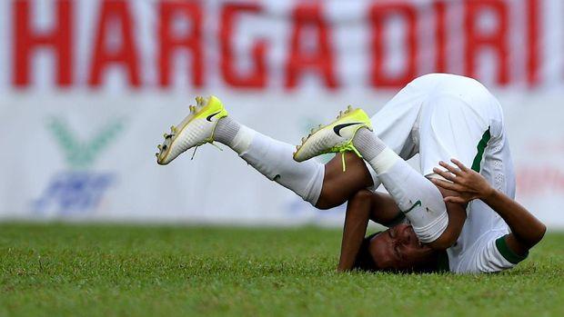 Evan Dimas terjatuh ketika dilanggar pemain Timor Leste.