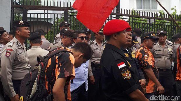 Masalah Bendera Terbalik, Konsulat Malaysia di Pekanbaru Didemo