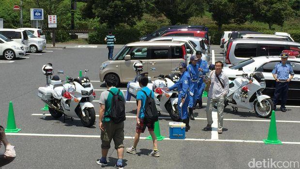 Polisi Jepang mempersilakan pengunjung untuk foto-foto dengan armada yang mereka miliki
