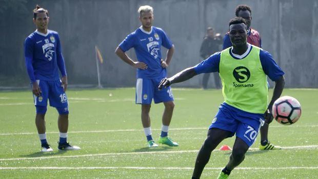 Ezechiel N'Douassel masih menjadi striker Persib musim ini. (