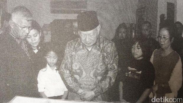 Soeharto berdoa di depan peti jenazah Benny Moerdani, 29 Agustus 2004. (Repro buku Benny, Tragedi Seorang Loyalis karya Julius Pour)