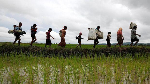 Panglima militer Myanmar membantah ada pembersihan etnis karena foto-foto memperlihatkan pengungsi bergerak dengan tenang bukan ketakutan.