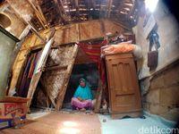 Mak Cacih dan Keluarga Huni Gubuk Miring di Sukabumi