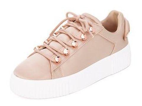 5 Slip On dan Sneakers 'Cantik' yang Cocok Dipadukan dengan Dress