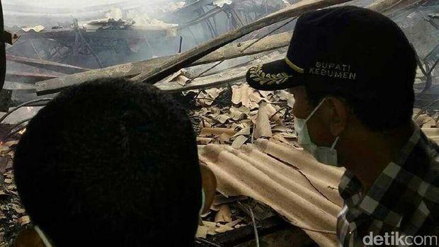 Bupati Kebumen Yahya Fuad meninjau lokasi kebakaran