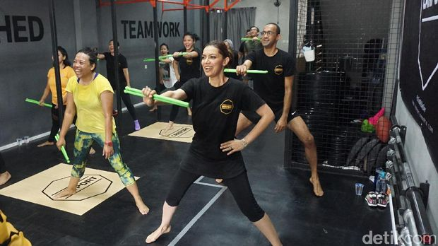 Najwa Shihab sedang melakukan olahraga Pound Fit