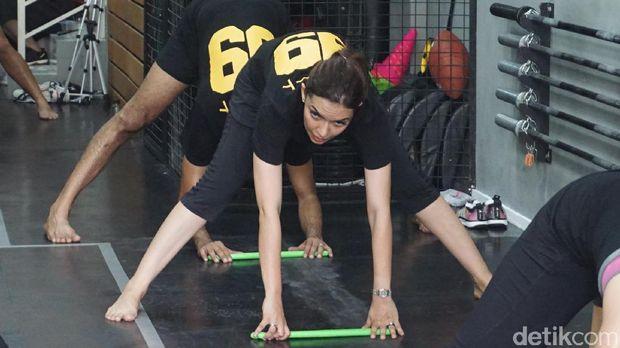 Najwa Shihab ketika sedang melakukan olahraga pound fit