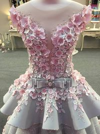 Detail kue gaun pengantin dengan hiasan bunga.