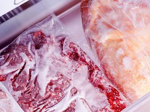 Daging sapi dan unggas saat disimpan di freezer.