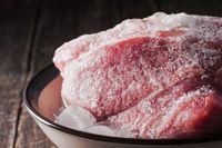 Saat listrik mati sebaiknya periksa kristal es pada makanan yang disimpan dalam freezer.