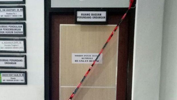 KPK juga menyegel ruang bidang perundang-undangan dan ruang Komisi II DPRD Banjarmasin.