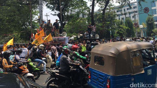 Massa berdemo di seberang kantor LBH Jakarta, Jl P. Diponegoro, Jakarta Pusat, Sabtu (16/9/2017)