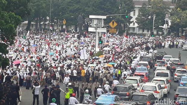 Massa aksi bela Rohingya dan suasana lalin di Jl Medan Merdeka Barat, Jakarta Pusat, Sabtu (16/9/2017)