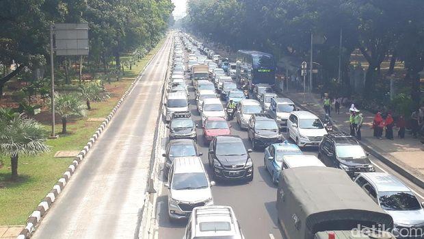 Suasana lalin di Jl Medan Merdeka Barat, Jakarta Pusat, Sabtu (16/9/2017)