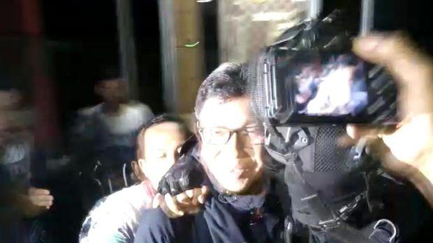 Usai diperiksa, Eddy ingin bicara pada wartawan di saat bus yang akan membawanya ke Bandara Juanda sudah menunggu