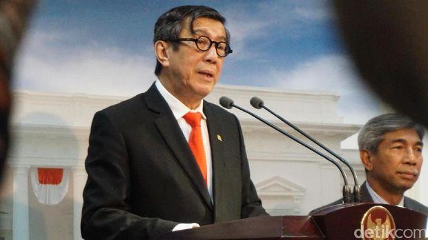Menkum HAM Yasonna Laoly ikut mendampingi Presiden Jokowi dalam pertemuan itu.