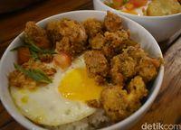 Nasi dengan topping daging ayam berbalut tepung dan telur asin.