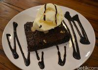 Brownies dengan tambahan es krim vanilla yang cocok jadi hidangan penutup.