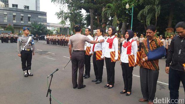Kapolda Metro Jaya beri penghargaan ke Master Deni Rono.