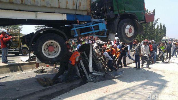 Proses evakuasi sopir mobil yang digilas truk kontainer.