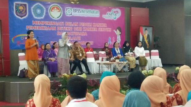 Iriana Jokowi bahkan rela ke pelosok daerah untuk mengingatkan para perempuan akan bahayanya kanker servick dan payudara ini,