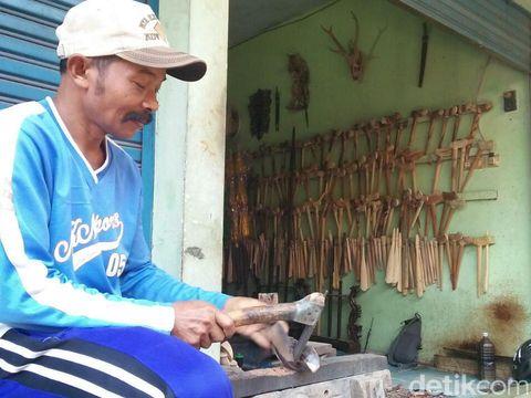 Pencuci Keris Pusaka di Jombang/