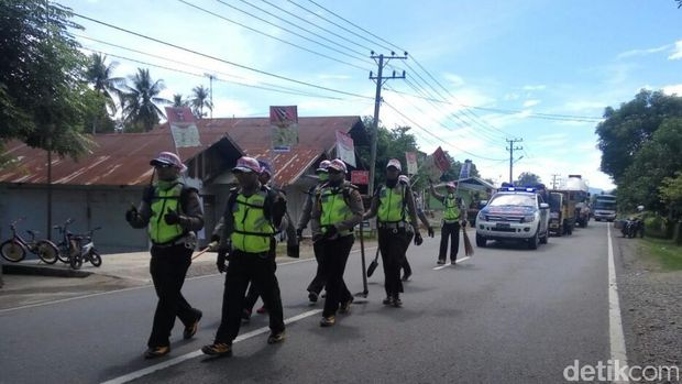 Polantas Polres Aceh Besar melakukan aksi jalan kaki sejauh 100 km