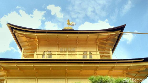 Burung Phoenix tepat di atas atap kuil (Hans/detikTravel)