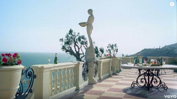 Patung di video musik 'Paparazzi' Lady Gaga.
