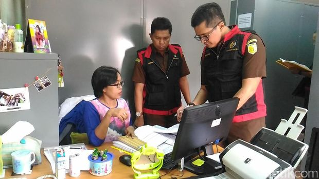 Tim penyidik Kejaksaan Tinggi (Kejati) Jawa Timur (Jatim) menggeledah kantor LPDB KUMKM/Foto: Samsudhuha Wildansyah/detikcom