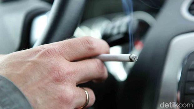 Suka Ngerokok di Mobil? Harga Jual Mobil Anda Jatuh Rp 36 Juta