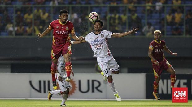 Bali United (kanan) menjadi salah satu klub yang protes dengan tiga poin yang didapat Bhayangkara FC atas Mitra Kukar.