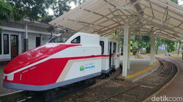 kereta api yang merupakan ikon lawas taman lalu lintas kini berwajah baru