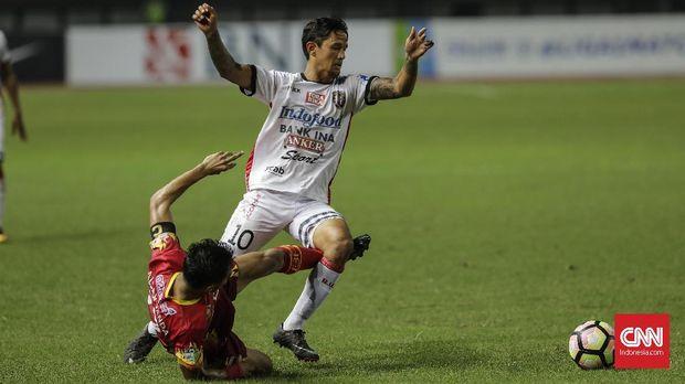 Irfan Bachdim (kanan) menjadi tempat bagi Kevin Brands mendapatkan informasi tentang Bali dan Bali United.