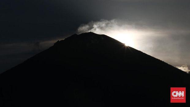 Gunung Agung yang naik level menjadi 'awas' sempat mengganggu pelaksanaan Ubud Writer and Reader Festival (UWRF) 2017.