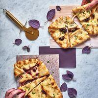 Pizza dengan paduan daun basil ungu.