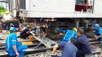 Begini Proses Evakuasi Kereta yang Anjlok di Manggarai