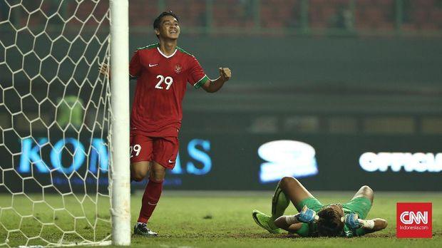 Septian David Maulana mencetak gol ketiga Indonesia di laga uji tanding menghadapi Kamboja, Rabu (4/10).
