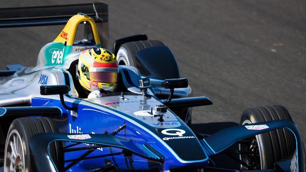 Rio Haryanto menjalani uji mobil Formula E di sirkuit Ricardo Tormo, Valencia, Spanyol awal Oktober.