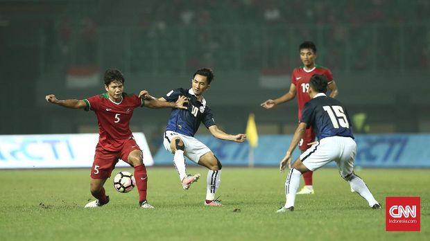 Ahmad Jufriyanto (kiri) masuk daftar tim Indonesia Selection untuk melawan timnas Islandia.