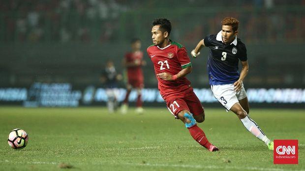 Andik Vermansah (kiri) aktif menjadi motor serangan Timnas Indonesia di sepanjang babak pertama.